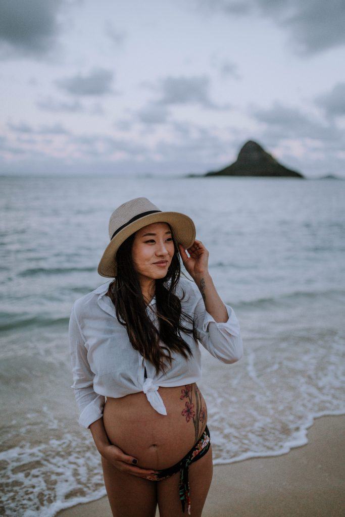 Outfit inspiration for maternity photos on the beach in Hawaii