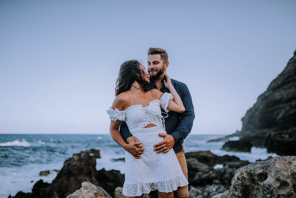 Adventurous Makapu'u Engagement Session | Posing inspiration and outfit ideas for engagement session | Photography by Anela Benavides, Hawaii photographer