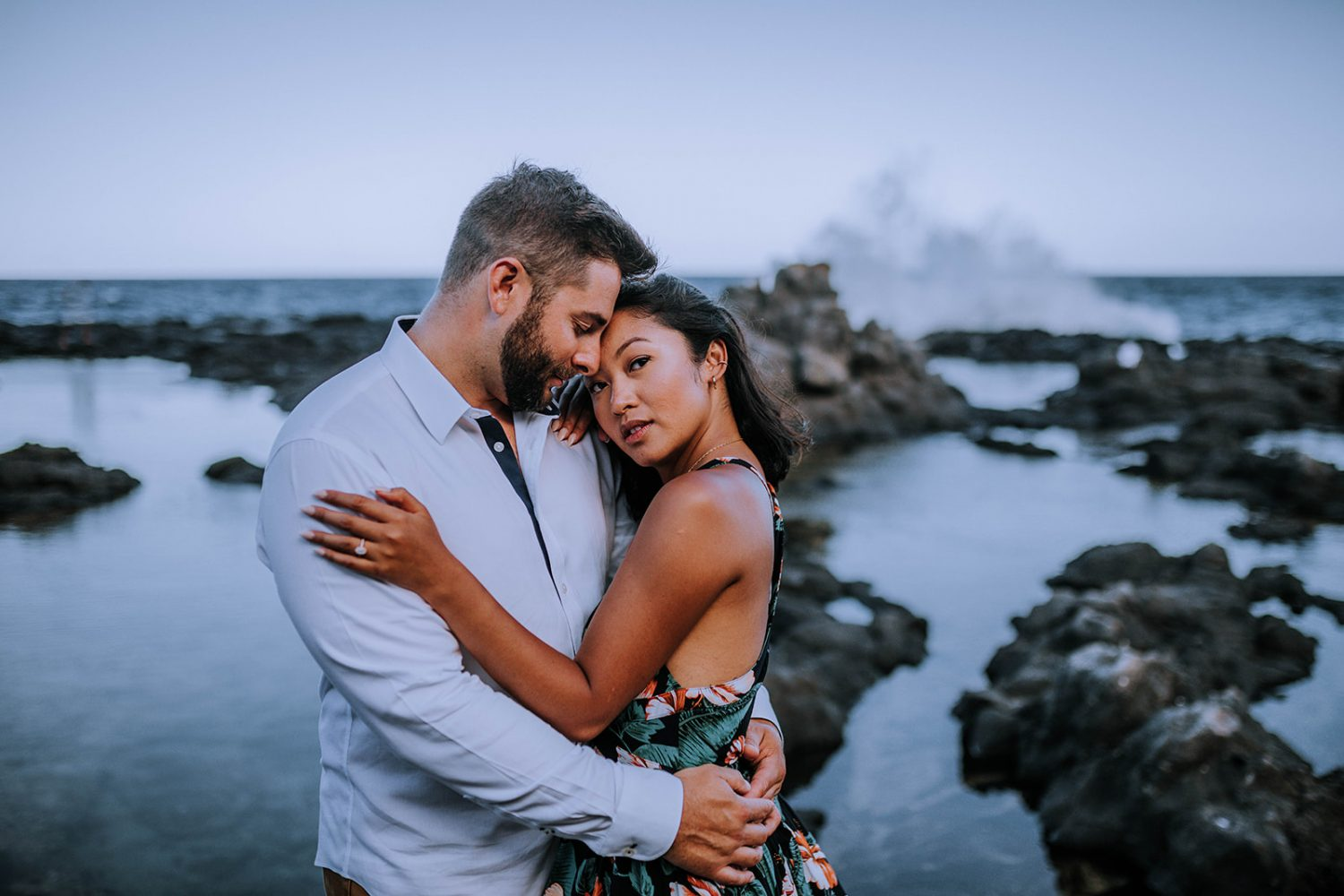 How to Plan your Engagement Photoshoot by Anela Benavides Photography. Includes posing inspiration for an outdoor couples session and engagement shoot planning tips. Book your couples session and browse the blog for more inspiration #couples #photography #couplesphotography #Hawaiiphotographer #tipsforphotographers